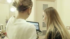 De kunstenaar maakt make-up gebruikend digitale tablet stock videobeelden