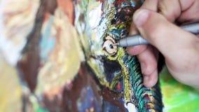 De kunstenaar schildert een beeld stock video