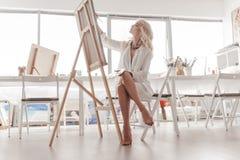 De kunstenaar schildert een beeld Stock Afbeeldingen