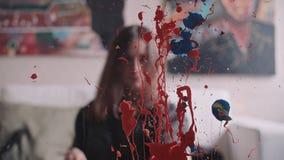 De kunstenaar schildert een beeld van olieverfborstel royalty-vrije illustratie
