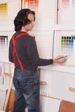 De kunstenaar schildert een beeld - vierkanten gebruikend een verfborstel Stock Foto