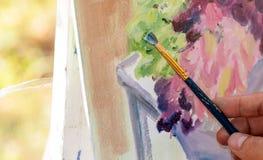 De kunstenaar schildert een close-upbeeld Stock Foto