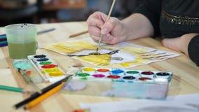 De kunstenaar schildert een vogel stock videobeelden