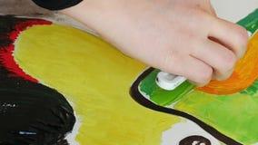 De kunstenaar schildert het canvas van het beeldkunstwerk in kunststudio stock videobeelden