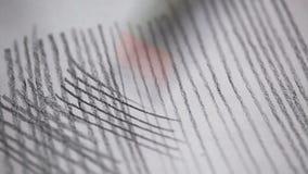 De kunstenaar trekt een potlood op papier stock footage