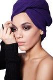 De kunstenaar van de make-up past oogschaduw toe Mooi vrouwengezicht perfect Stock Afbeelding