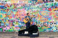 De kunstenaar van de straat het spelen gitaar Royalty-vrije Stock Afbeeldingen