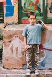 De kunstenaar van Graffiti op het werk Stock Afbeeldingen