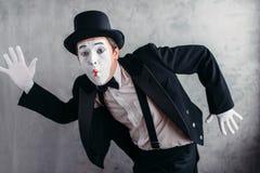 De kunstenaar van het pantomimetheater het stellen, mimische mannelijke persoon Stock Afbeelding
