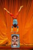 De kunstenaar voert zijn acrobatiek uit stock afbeeldingen
