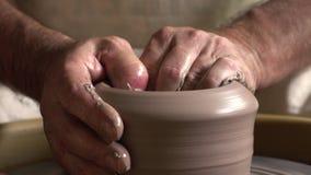 De kunstenaar werkt met klei bij kunststudio en creeert een waterkruik stock video