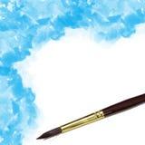de kunstenaars borstelen en blauwe geschilderde waterverf Stock Foto
