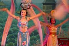 De kunstenaars die in de Dynastie die van het Zweempje dansen tonen danst royalty-vrije stock fotografie