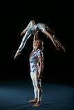 De kunstenaars van het circus voeren verschillende trucs uit. Stock Afbeeldingen