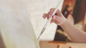 De kunstenaarsborstel doet slagenolieverf op canvas, langzame motie stock footage