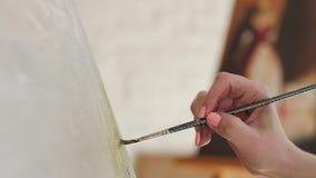 De kunstenaarsborstel doet slagenolieverf op canvas Langzame Motie stock video