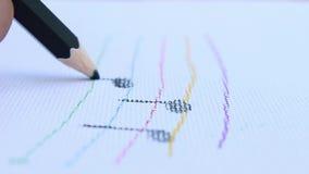 De kunstenaarshanden die purper kleurenpotlood trekken schrijft lijn op Witboekachtergrond stock video