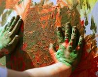 De kunstenaarshanden die van kinderen multikleuren schilderen Stock Afbeelding