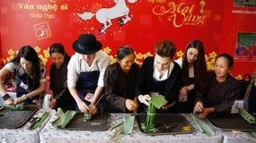 De kunstenaarsmensen in maken de cakeconcurrentie Royalty-vrije Stock Afbeeldingen