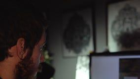 De kunstenaarsontwerper ontwikkelt een schets op de computer stock footage