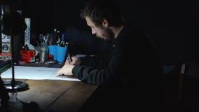 De kunstenaarsontwerper ontwikkelt een schets op de computer stock video