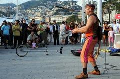 De kunstenaarsspelen van de straat met de messen Royalty-vrije Stock Foto's