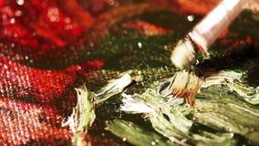 De kunstenaarsverven met olieverven op canvas stock video