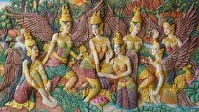 De kunstgipspleister van Thaise mythologie hangt op muur royalty-vrije stock fotografie
