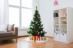 De kunstmatige Kerstmisboom en stelt thuis voor Royalty-vrije Stock Foto's