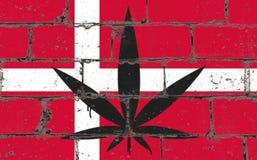De kunstnevel die van de graffitistraat op stencil trekken Cannabisblad op bakstenen muur met vlag Denemarken royalty-vrije illustratie