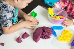 De kunsttherapie voor bezorgde kinderen, behandeling voor vrije spanning, speelt kleurrijk deeg met varieert vorm van vorm, voor  royalty-vrije stock foto