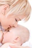 De kus en de borst die van de moeder - haar babymeisje voeden Stock Fotografie
