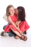 De kus op wang moeders houdt van aan jonge dochter Stock Foto