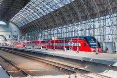 De KUS RUS AERO ` Eurasia ` van de dubbeldekkertrein ES2-001 Stadler onder het landen van Kiyevsky-spoorwegterminal Royalty-vrije Stock Fotografie