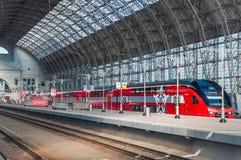 De KUS RUS AERO ` Eurasia ` van de dubbeldekkertrein ES2-001 Stadler onder het landen van Kiyevsky-spoorwegterminal Royalty-vrije Stock Foto's