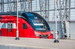 De KUS RUS AERO ` Eurasia ` van de dubbeldekkertrein ES2-001 Stadler onder het landen van Kiyevsky-spoorwegterminal Royalty-vrije Stock Afbeeldingen
