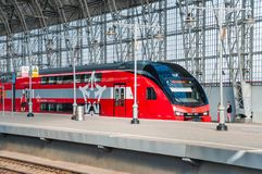 De KUS RUS AERO ` Eurasia ` van de dubbeldekkertrein ES2-001 Stadler onder het landen van Kiyevsky-spoorwegterminal Stock Afbeelding