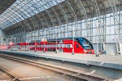 De KUS RUS AERO ` Eurasia ` van de dubbeldekkertrein ES2-001 Stadler onder het landen van Kiyevsky-spoorwegterminal Stock Afbeeldingen
