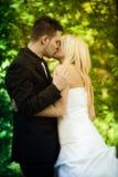 De kus van de bruid en van de bruidegom Royalty-vrije Stock Foto's