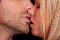 De kus van de liefde van jong sexy heteroseksueel sensueel paar Stock Foto's