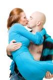 De kus van de man en vervoert vrouw Stock Fotografie