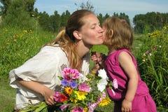 De kus van de moeder Stock Fotografie