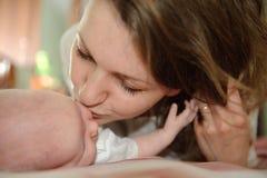 De kus van de moeder Stock Afbeeldingen