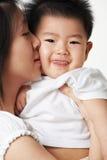 De kus van de moeder haar zoon Stock Afbeeldingen
