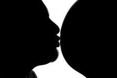 De kus van de vader aan buik van zijn zwangere vrouw Royalty-vrije Stock Fotografie