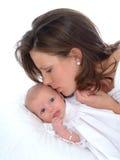 De Kus van een Moeder Royalty-vrije Stock Fotografie