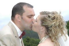 De kus van het huwelijk Stock Afbeelding