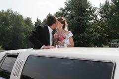 De kus van het huwelijk stock afbeeldingen