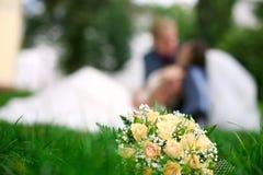 De kus van het huwelijk, huwelijksboeket, de zomer Stock Fotografie