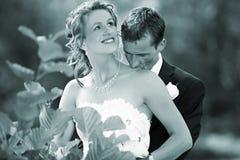 De kus van het huwelijk op haar hals Stock Foto
